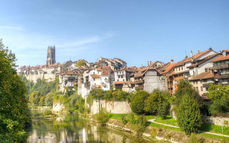Kathedrale_mit_Saane_Fribourg